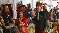 Presiden Joko Widodo bersama Ibu Negara Iriana usai peringatan HUT RI ke 72 di Istana Merdeka, Jakarta, Kamis (17/8). Presiden Jokowi  memberikan sepeda kepada tamu dengan pakaian adat terbaik. (Liputan6.com/Pool)