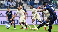 Pemain Atalanta Duvan Zapata menembak penalti untuk mencetak gol ke gawang AC Milan pada pertandingan Liga Italia Serie A di Stadion Gewiss, Bergamo, Italia, 3 Oktober 2021. AC Milan menang 3-2 atas Atalanta. (MIGUEL MEDINA/AFP)