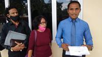 Foto: Kuasa hukum, Mikhael Feka, SH MH mendampingi korban saat membuat laporan polisi ke Polda NTT (Liputan6.com/Ola Keda)
