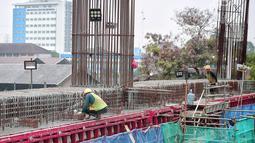 Aktivitas pekerja pembangunan proyek Light Rail Transit (LRT) Jabodebek fase I di kawasan Cawang, Jakarta, Senin (14/1). Stasiun tersebut bakal jadi titik transit dari Bekasi Timur ke Cibubur atau Bekasi Timur-Dukuh Atas. (Liputan6.com/Faizal Fanani)