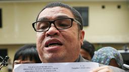 Pengacara Abdul Aziz, Razman Arif Nasution menunjukan surat pemanggilan Daeng Aziz, Jakarta, Rabu (24/2/2016). Aziz akan diperiksa terkait bisnis prostitusi serta keberadaan minuman keras dan ratusan senjata tajam di kafenya. (Liputan6.com/Yoppy Renato)
