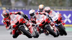 Pembalap Ducati, Danilo Petrucci, memimpin balapan MotoGP Prancis di Le Mans, Minggu (11/10/2020). Petrucci finis pertama dengan catatan waktu 45 menit 54,736 detik. (AP Photo/David Vincent)