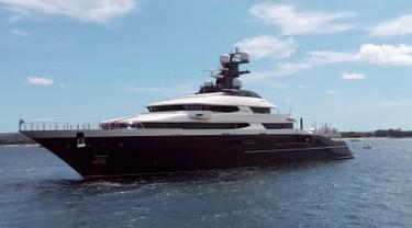 Sebuah kapal pesiar mewah (yacht) bernama Equanimity terlihat di pelabuhan Benoa, Bali, Rabu (28/2). Indonesia menyita kapal mewah senilai USD 250 juta atau Rp 3,5 triliun tersebut setelah empat tahun diburu FBI. (AP/Ambros Boli Berani)