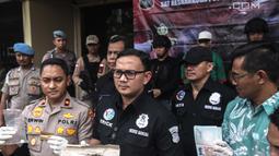 Kasat Narkoba Polres Metro Jakbar AKBP Erick Frendriz  menujukkan barang bukti milik  artis Claudio Martinez saat rilis narkoba di Polres Jakarta Barat, Jumat (9/11). Claudio ditangkap dengan barang bukti 7,96 gram ganja. (Liputan6.com/Faizal Fanani)