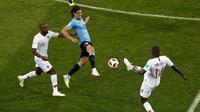 Penyeraeng Uruguay, Edinson Cavani berusaha melewati pemain Portugal saat bertanding pada babak 16 besar Piala Dunia 2018 di Stadion Fisht, Sochi, Rusia (30/6). Uruguay menang tipis atas Portugal 2-1. (AP Photo/Darko Vojinovic)