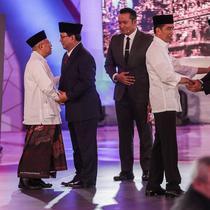 Capres dan cawapres nomor urut 01 Joko Widodo atau Jokowi-Ma'ruf Amin bersalaman dengan capres dan cawapres nomor urut 02 Prabowo Subianto-Sandiaga Uno usai debat perdana Pilpres 2019 di Hotel Bidakara, Jakarta, Kamis (17/1).(Kedaiwebsite.id)