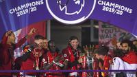 Manajer Liverpool Jurgen Klopp dan pemain Liverpool Adam Lallana memegang trofi Liga Inggris usai bertanding melawan Chelsea di Anfield Stadium, Liverpool, Inggris, Rabu (22/7/2020). Penyerahan trofi Liga Inggris kepada Liverpool digelar tanpa penonton. (Laurence Griffiths, Pool via AP)