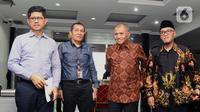 Tiga pimpinan KPK, Laode M Syarif, Saut Situmorang dan Agus Rahardjo (ki-ka) bersiap mengajukan judicial review UU Nomor 19 Tahun 2019 tentang KPK di Gedung MK, Jakarta, Rabu (20/11/2019). Mereka bersama Koalisi Masyarakat Sipil Antikorupsi bakal jadi pemohon. (Liputan6.com/Helmi Fithriansyah)