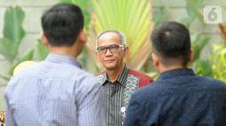 Sekjen Kementerian Perdagangan (Kemendag) Oke Nurwan (tengah) berjalan saat memenuhi panggilan KPK di Jakarta, Selasa (5/11/2019). Oke Nurwan dipanggil KPK sebagai saksi kasus dugaan suap impor bawang putih, untuk tersangka anggota DPR I Nyoman Dhamantra. (merdeka.com/Dwi Narwoko)