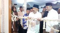 Manajer Persib Bandung, Umuh Muchtar, meresmikan Masjid miliknya, Al - Ma Yacub, di sekitar kediamannya, Gang Desa, Jalan Kiaracondong, Bandung, Kamis (12/9/2019) malam. (Bola.com/Erwin Snaz)