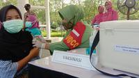 Vaksinasi Covid-19 Di Kota CIlegon, Banten, Oleh Alumni Akabri 1989. (Senin, 25/10/2021). (Liputan6.com/Yandhi Deslatama).