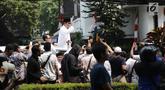 Bakal Calon Presiden, Prabowo Subianto berdiri di atas mobilnya dalam perjalanan menuju Gedung KPU RI, Jakart   a, Jumat (10/8). Ketua Umum Gerindra Prabowo Subianto berangkat ke KPU untuk mendaftarkan diri sebagai capres. (Liputan6.com/Herman Zakharia)