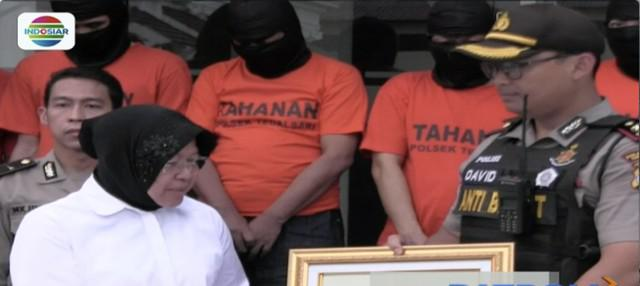Wali Kota Surabaya Tri Rismaharini marahi enam pengedar pil double L atau pil koplo antar-provinsi.