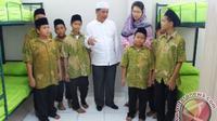 Ketua KKMB Usamah Hisyam dan Corporate Secretary BCA Inge Setyawati bersama anak yatim Dhuafa BSD di Tangerang Selatan, Banten. (Istimewa)