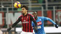 Pemain anyar AC Milan, Lucas Paqueta mencoba melewati Koulibaly pada laga perempat final Coppa Italia yang berlangsung di stadion San Siro, Milan, Rabu (30/1). AC Milan menang 2-0 atas Napoli (AP Photo/Antonio Calanni)