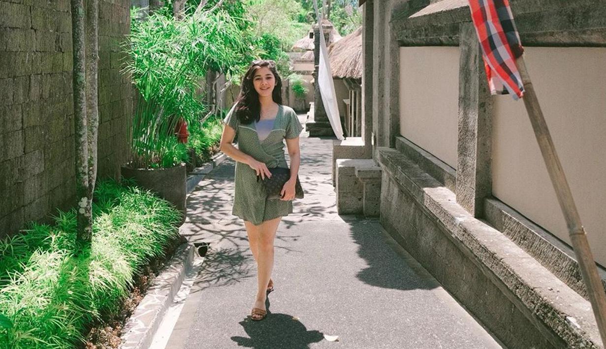 Gaya Naysilla Mirdad sehari-hari pun terlihat cukup sederhana. Penampilan wanita 32 tahun ini saat tengah berlibur pun begitu memesona. (Liputan6.com/IG/@naymirdad)