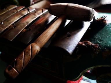 Alat Gamelan salah satu pelengkap dalam kesenian tradisional Gong Si Bolong usai latihan di  sanggar kesenian pusaka jaya di Tanah Baru, Depok, 9 Januri 2017. (Liputan6.com/Helmi Afandi)