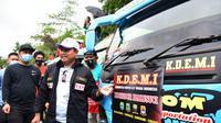 wakil Gubernur Jawa Barat Uu Ruzhanul Ulum mengajak sopir dan pengusaha elf melek keselatam penumpang, termasuk terhadap pencegahan Covid-19. (Liputan6.com/Jayadi Supriadin)