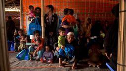 Pengungsi Muslim Rohingya menunggu untuk menerima bahan makanan di kamp pengungsi Jamtoly, Bangladesh (15/1). Media Myanmar melaporkan akan ada 625 bangunan yang mampu menampung sekitar 30.000 orang Rohingya. (AP Photo / Manish Swarup)