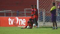 Tiga kiper Persik Kediri harus siap menerima gempuran Mitra Kukar saat bentrokan di Stadion Brawijaya Kota Kediri, Senin (23/9/2019). (Bola.com/Gatot Susetyo)