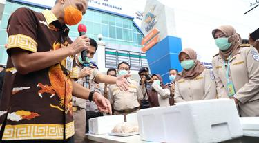 Gubernur Ganjar Pranowo, saat melihat produk ekspor sektor kelautan dan perikanan asal Jateng untuk ekpor ke Amerika, Jepang dan China. (Foto: Liputan6.com/Felek Wahyu)