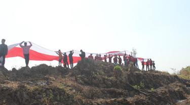 Warga Blora Bentangkan Bendera Raksasa di Atas Gunung Warung
