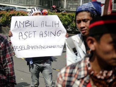 Massa yang Gerakan Mahasiswa Nasional Indonesia (GMNI) melakukan aksi bela Indonesia terkait Freeport di  Kantor PT. Freeport Indonesia, Jakarta, Jumat (24/2). (Liputan6.com/Faizal Fanani)