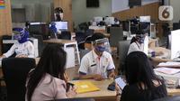 Pemohon melakukan pengajuan administrasi di mal pelayanan publik, Jakarta,Rabu (17/6/2020). Mal Pelayanan Publik (MPP) Provinsi DKI Jakarta kembali melayani masyarakat dengan tatap muka dengan tetap mengikuti protokol kesehatan pencegahan Virus Corona.  (Liputan6.com/Angga Yuniar)