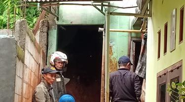 Proses penyelamatan korban longsor di Depok, Rabu (1/1/2020).
