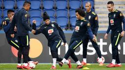 Striker Brasil, Neymar Jr, berebut bola dengan Marcelo, saat sesi latihan jelang laga persahabatan di Paris, Rabu (8/11/2017). Brasil akan berhadapan dengan Jepang. (AFP/Franck Fife)