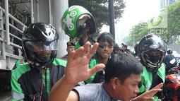 Pengemudi ojek online mengamankan terduga copet untuk diamankan ke Mapolda Metro Jaya di Jalan Jenderal Sudirman, Jakarta (2/4). (Merdeka.com/Arie Basuki)