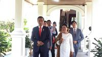 Jokowi bersama keluarga bersiap berangkat ke Gedung MPR/DPR/DPD RI Jakarta untuk menghadiri Pelantikan Presiden dan Wakil Presiden 2019. (Liputan6.com/Lisza Egeham)