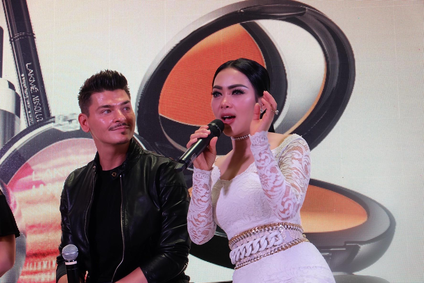 Syahrini dengan Mario, Celebrity Makeup Artist. (Sumber foto: Ega Maharni/Bintang.com).