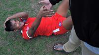 Striker Arema, Ahmad Nur Hardianto, mengalami cedera dalam latihan yang digelar di  Stadion Gajayana, Malang, Jumat (16/5/2019). (Bola.com/Iwan Setiawan)