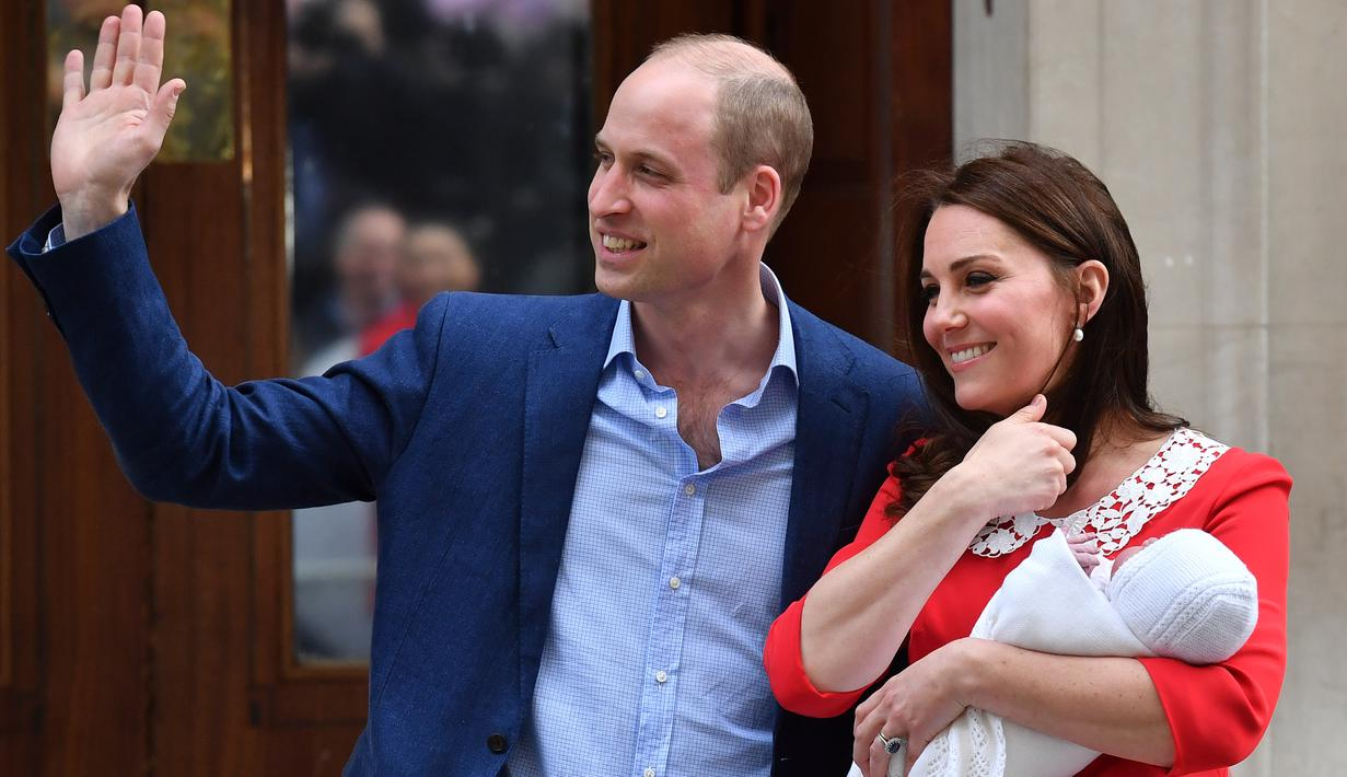 Pangeran William dan Kate Middleton memperkenalkan anak ketiga mereka sebelum meninggalkan Rumah Sakit St Mary's di London, Senin (23/4). Seusai proses persalinan, Kate dan William menyapa publik dan media yang sudah menunggu. (AFP/ Ben STANSALL)