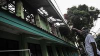 Petugas menunjukkan ruang kelas yang menjadi titik awal kebakaran di SMA Negeri 100 Jakarta, Rabu (1/7/2020). Kebakaran yang terjadi sekitar pukul 11.00 WIB tersebut diduga akibat korsleting listrik di salah satu ruangan lantai 2 sekolah. (merdeka.com/Iqbal S Nugroho)