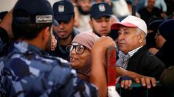 Seorang wanita saat ia meminta izin perjalanan untuk menyeberang ke Mesir melalui perbatasan Rafah setelah dibuka selama dua hari oleh pemerintah Mesir, di selatan Jalur Gaza 11 Mei 2016. (REUTERS / Suhaib Salem)