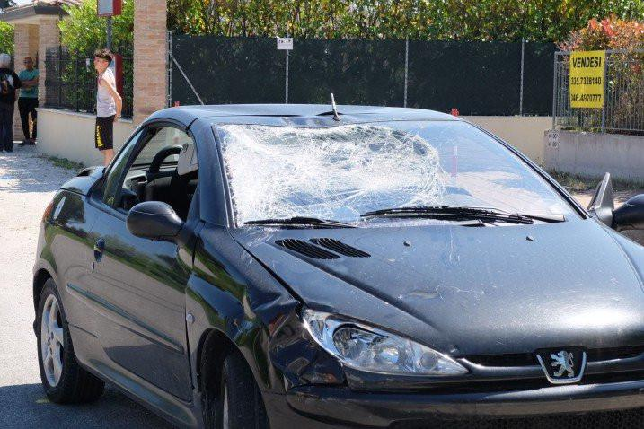 Kondisi mobil yang menabrak Nicky Hayden. (Twitter)