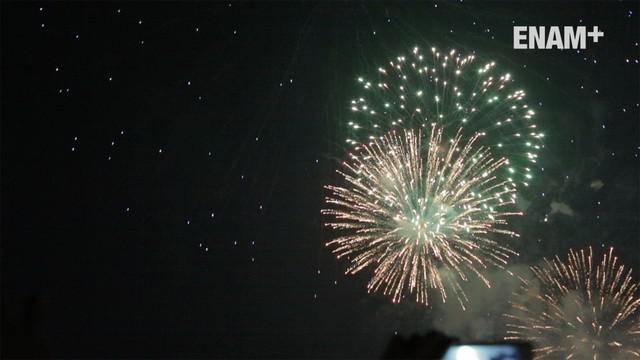 Pesta kembang api terlama dilaksanakan di panggung Apung, Ancol. Di sini kembang api dihadirkan selama 15 menit dengan sangat indah.