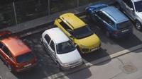 Wanita ini begitu kesulitan saat akan memarkir mobilnya dalam posisi mundur meskipun terdapat ruang yang cukup lebar.