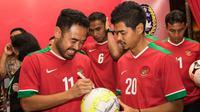 Mantan Kapten Timnas Indonesia, Ponaryo Astaman dan Bambang Pamungkas (kanan) saat menghadiri Kongres Tahunan PSSI 2017 di Hotel Aryaduta Bandung, Jawa Barat, Minggu (8/1/2017). (Bola.com/Vitalis Yogi Trisna)