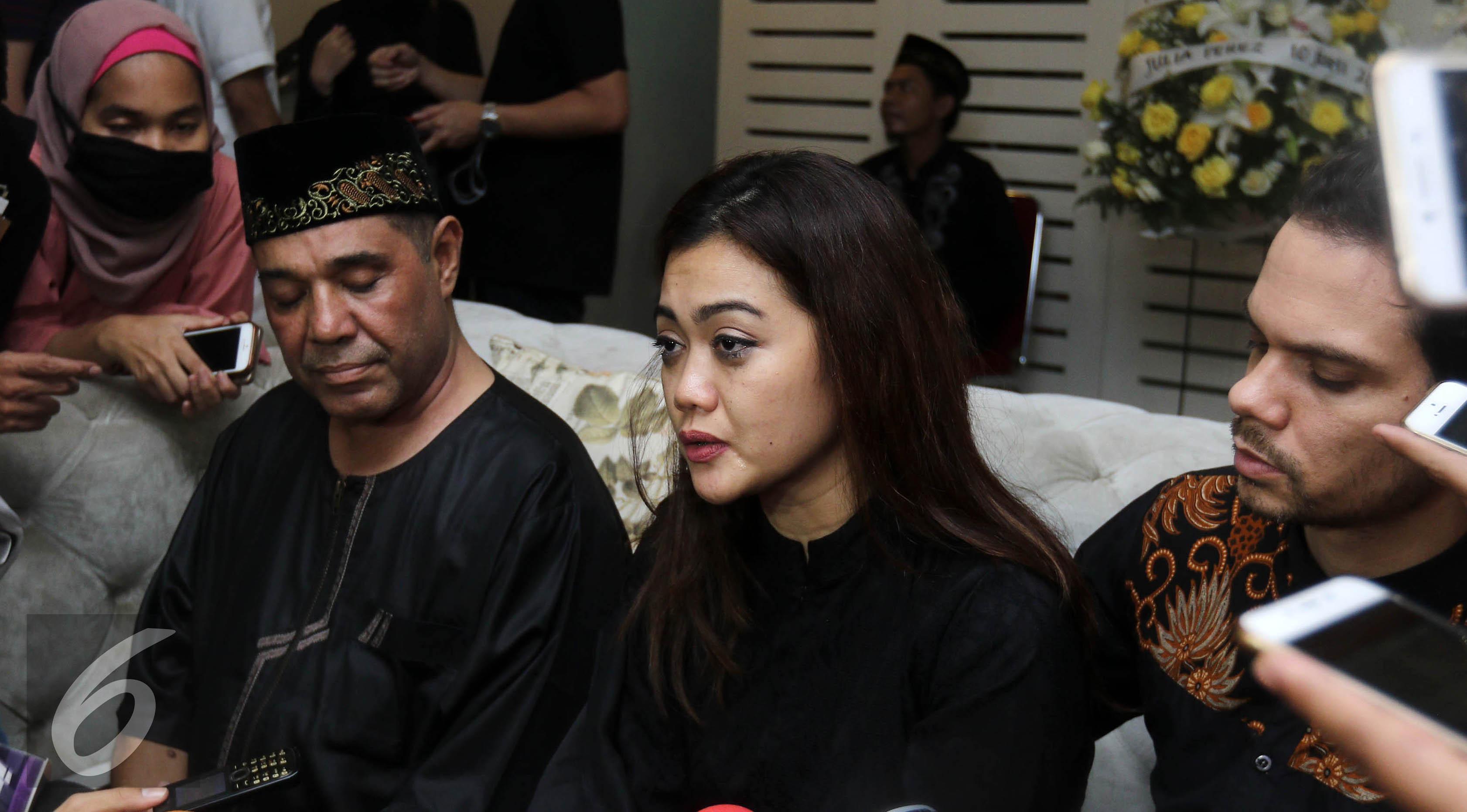 Adik Julia Perez, Nia Anggia memberi keterangan pers terkait meninggalnya sang kakak. (Herman Zakharia/Liputan6.com)