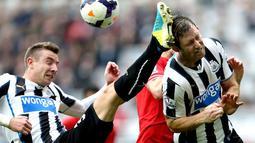 Bek Newcastle United menendang kepala rekan satu timnya Mike Williamson (Kanan) pada pertandingan Liga Premier Inggris antara Newcastle United vs Liverpool di St James 'Park, Inggris (19/10/2013). (AFP/Ian Macnicol)