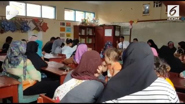 Orangtua pada murid sebuah sekolah dasar di Sukabumi protes lantaran anaknya dihukum secara tak lazim dengan diminta merokok oleh gurunya.