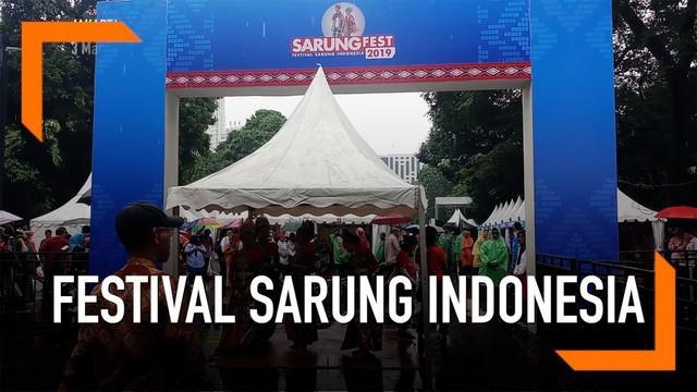 Festival Sarung Indonesia untuk pertama kalinya digelar di pelataran Plaza Tenggara Senayan.