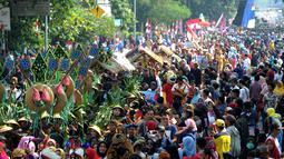 Suasana keramaian festival budaya Helaran 2018, Bogor, Jawa Barat, Minggu (12/8). Helaran merupakan acara puncak HUT ke-536 Bogor. (Merdeka.com/Arie Basuki)