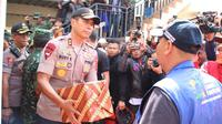 Kapolda Jabar Inspektur Jenderal Rudy Sufahriadi memberikan bantuan logistik kepada korban banjir Kabupaten Bandung. (Bid Humas Polda Jabar)