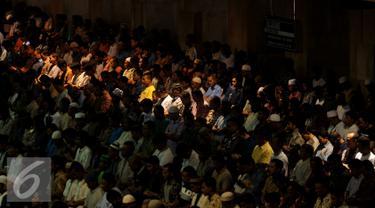 Ribuan Jemaah saat melaksanakan ibadah Salat Jumat di Masjid Istiqlal, Jakarta, Jumat (10/6). Umat muslim memadati masjid Istiqlal menunaikan salat Jumat pertama di bulan Ramadan 1437 H. (Liputan6.com/Gempur M Surya)
