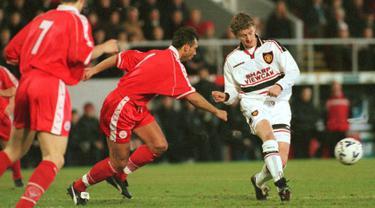 Striker Manchester United, Ole Gunnar Solskjaer mengumpan bola dari kawalan pemain Aberdeen, Michael Hart  selama bertanding di Aberdeen 18 Januari. Solskjaer bergabung dengan MU tahun 1996, dengan biaya transfer £ 1,5 juta. (AFP Photo/Pa/David Cheskin)