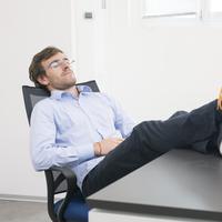 Ingin sukses dalam karier meski bersantai sepanjang hari di kantor? Begini caranya!